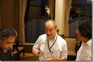 日本ガラス工芸学会創立40周年記念祝賀会歓談中狩野氏・畠山氏・村山氏