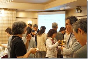 日本ガラス工芸学会創立40周年記念祝賀会歓談中渋谷氏・池本氏